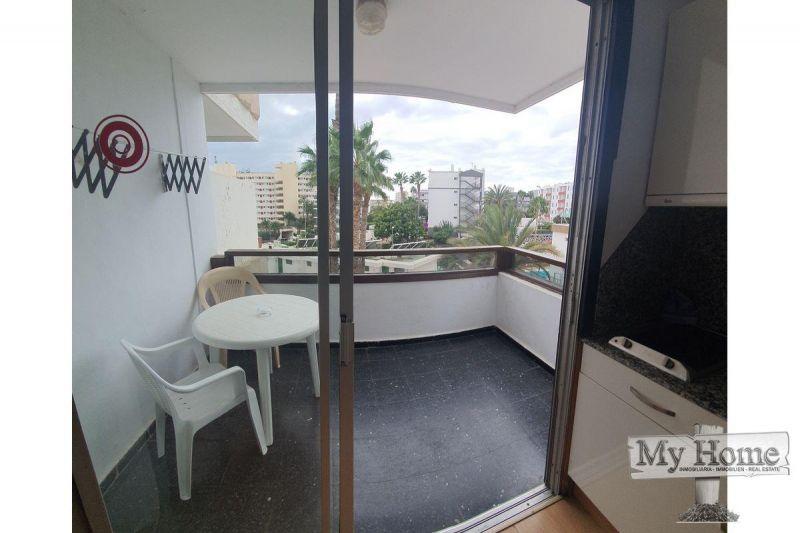 Corner renovated studio in popular complex near the beach