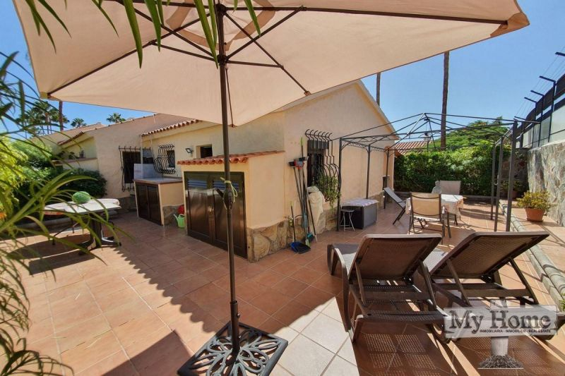 Renovated corner bungalow with huge terrace in central location