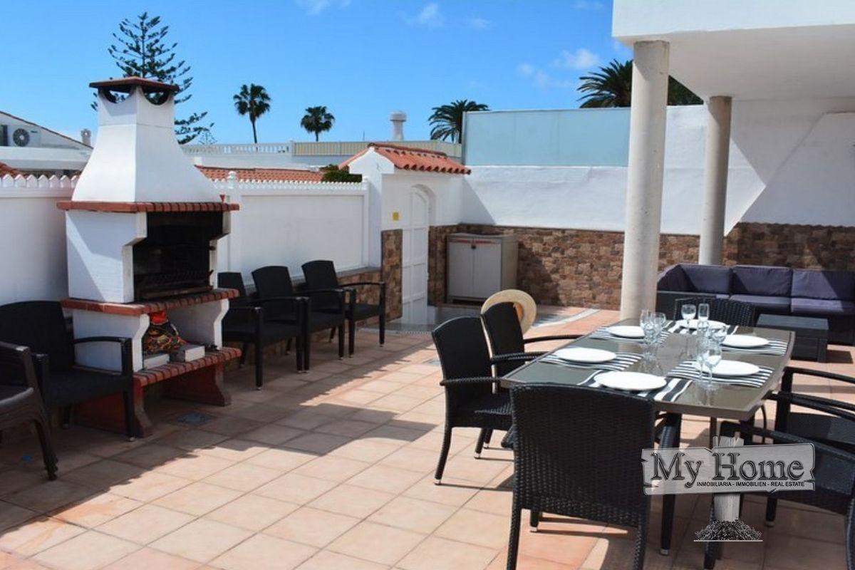 Villa with private pool in central location