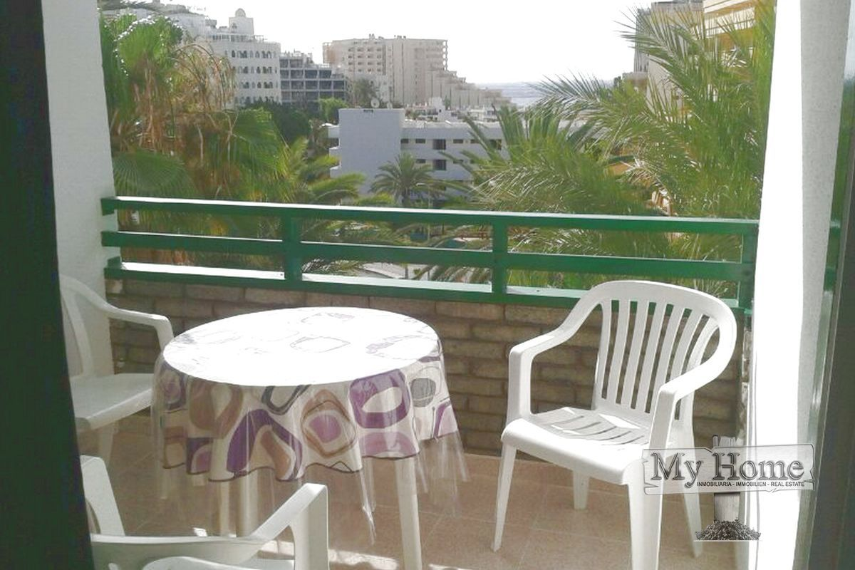 Top floor apartment with sea views at a three minute walk from the beach
